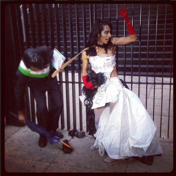 """Ante los gritos de """"Peña, puto"""" que se escuchaban frente al Senado en la marcha contra la Ley de Telecom del 22 de abril de 2014 en el D.F., este manifestante y performer contestaba """"¡Puto soy yo!""""."""