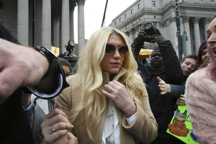 La cantante pop Kesha sale del tribunal superior en Nueva York, el viernes 19 de febrero de 2016. Kesha está luchando para continuar su carrera separada de un exitoso productor que dice que la drogó, abusó sexualmente de ella y la atormentó psicológicamente. Él aún tiene derechos exclusivos para hacer discos con ella. (Foto AP/Mary Altaffer)